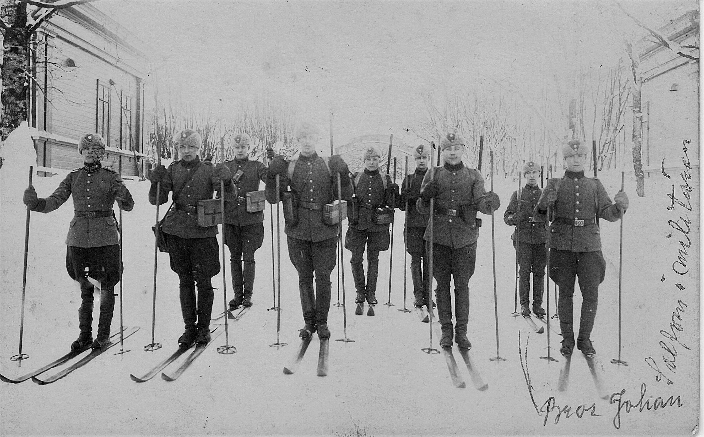Johan Hilding Solfvin på väg ut med skidorna under sin militärtid. Fint foto trots att det är oklart vem som är Solfvin.