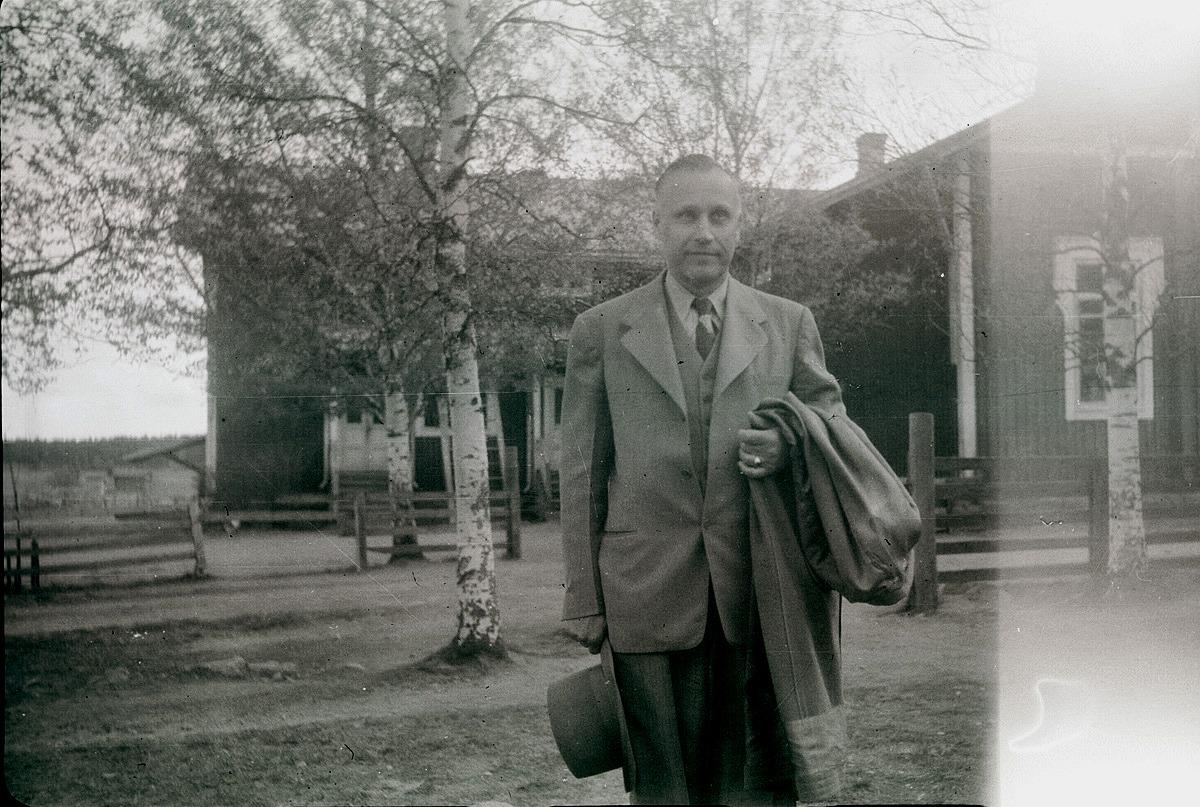 Här tar folkskolläraren Selim Björses avsked av södra folkskolan och stegar iväg till den nya Centralskolan. I 79 år har folkskolan funnits på detta ställe men nu är det definitivt slut.