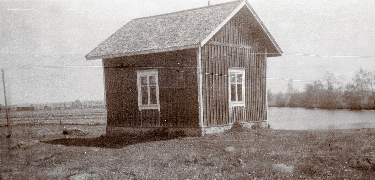 Prostgårdens bastu och tvättstuga på åbacken övanför Holmforsen.