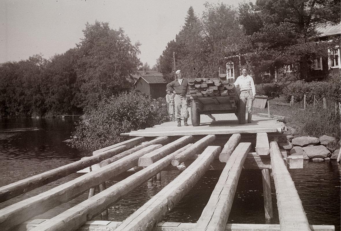 K. A. och Nils Björklund med planklasset, som skall användas till locket.