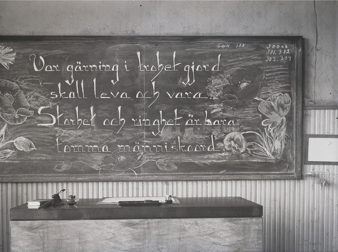 Svarta tavlan på södra folkskolan på den sista examensdagen 1958. Tänk så mycket lärdom som hade förmedlats av läraren till eleverna via denna tavla. Samtidigt var det flera elevers stora skräck, då deras kunskaper skulle skrivas eller ritas, så att hela klassen kunde se resultatet.