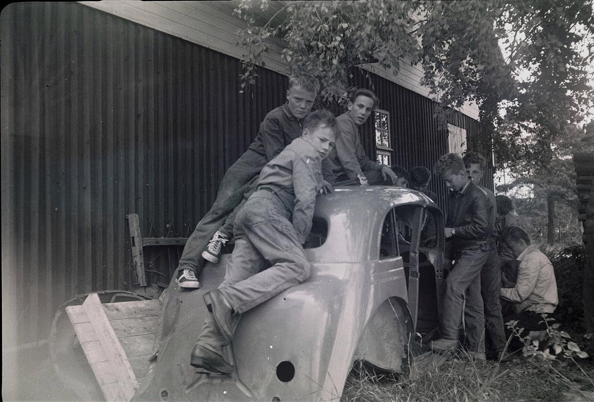 Eleverna på gång med att skrota en bil, från vänster Viking Långkvist, Arne Jokela, Ralf Ahlmark, Kaj Stens, okänd och Jan Gröndahl,