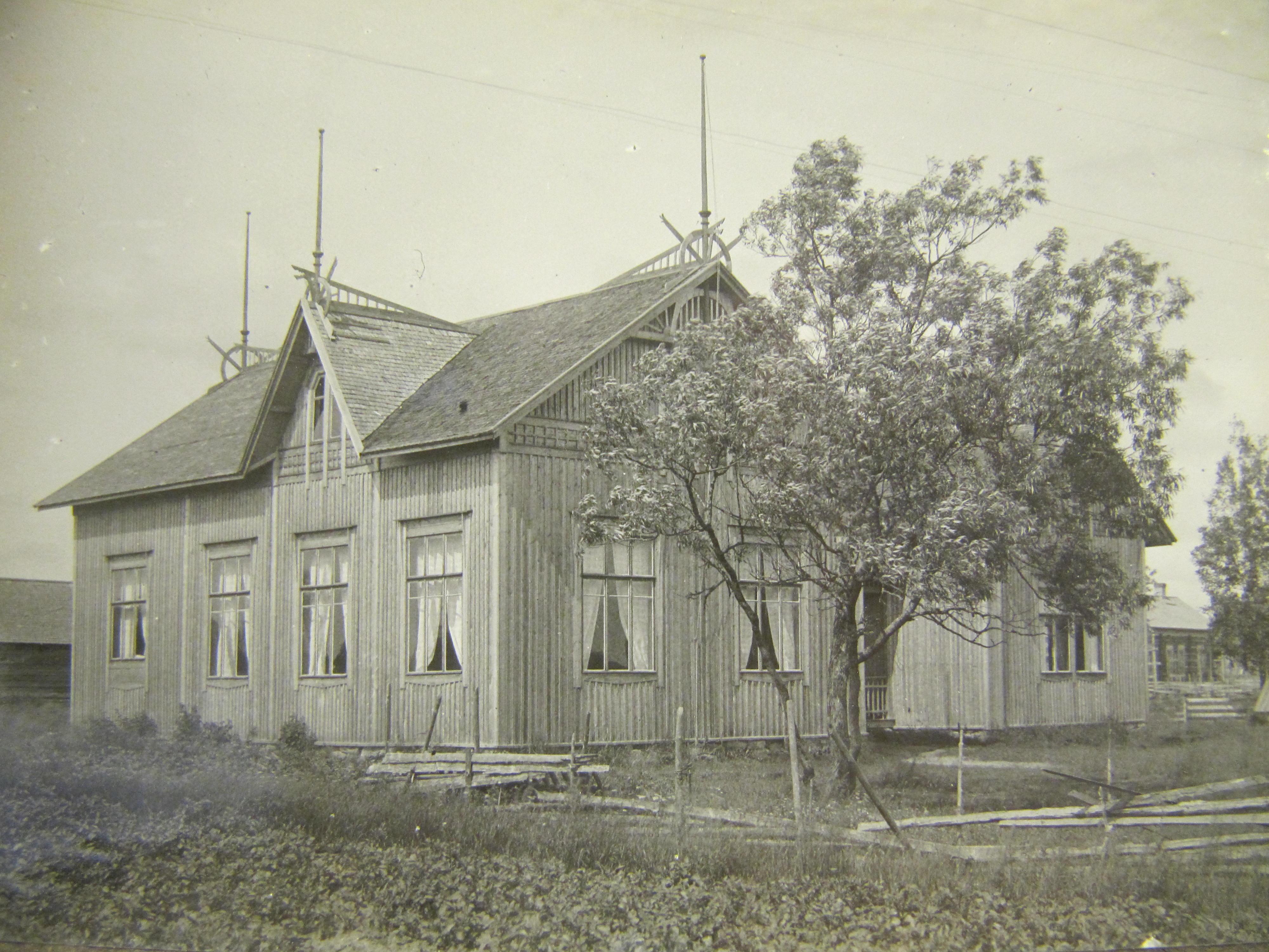 """Ungdomsföreningens första egna hus """"Majbo"""" fotograferat av folkskolläraren J. J. Wadstöm, ca 1915. I högra kanten syns """"Åsinas-Viktoras"""" gård. nuvarande Rosengårds."""