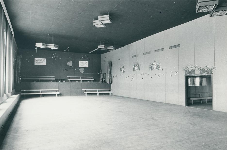 """I början på 1970-talet gjordes en större renovering i festsalen, då den gamla scenen revs bort och en ny och modern byggdes i stället. Dem så kallades """"ljusorgeln"""" som lyste och blinkade i takt till musiken väckte stort intresse och beundran. Dörren till höger leder till hallen och sedan vidare till serveringsrummet. Fotot från SÖU:s arkiv."""