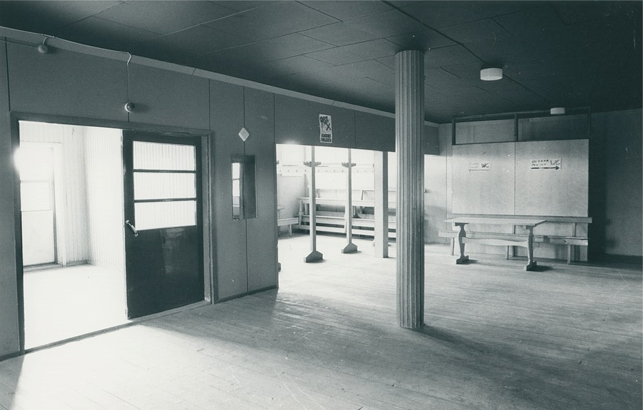 Huvudingången och hallen, klädförvaringen i mitten. Innetoaletterna finns till höger på fotot, som är från SÖU:s arkiv.