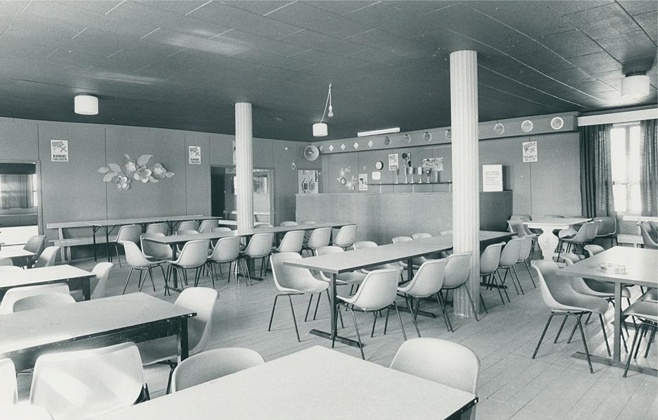 Serveringsrummet på lokalen med serveringsdisken mitt i bild. Fotot från SÖU:s bildarkiv.