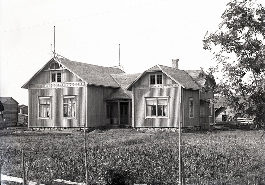 Ungdomsföreningen hus Majbo fotograferat från öster av Viktor Nylund 1910-1915.