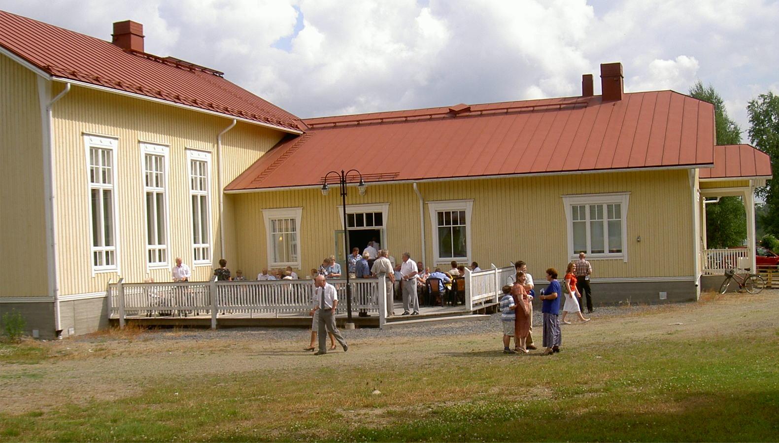 På föreningshusets baksida finns en större terrass som vid vackert väder kan användas av gästerna.