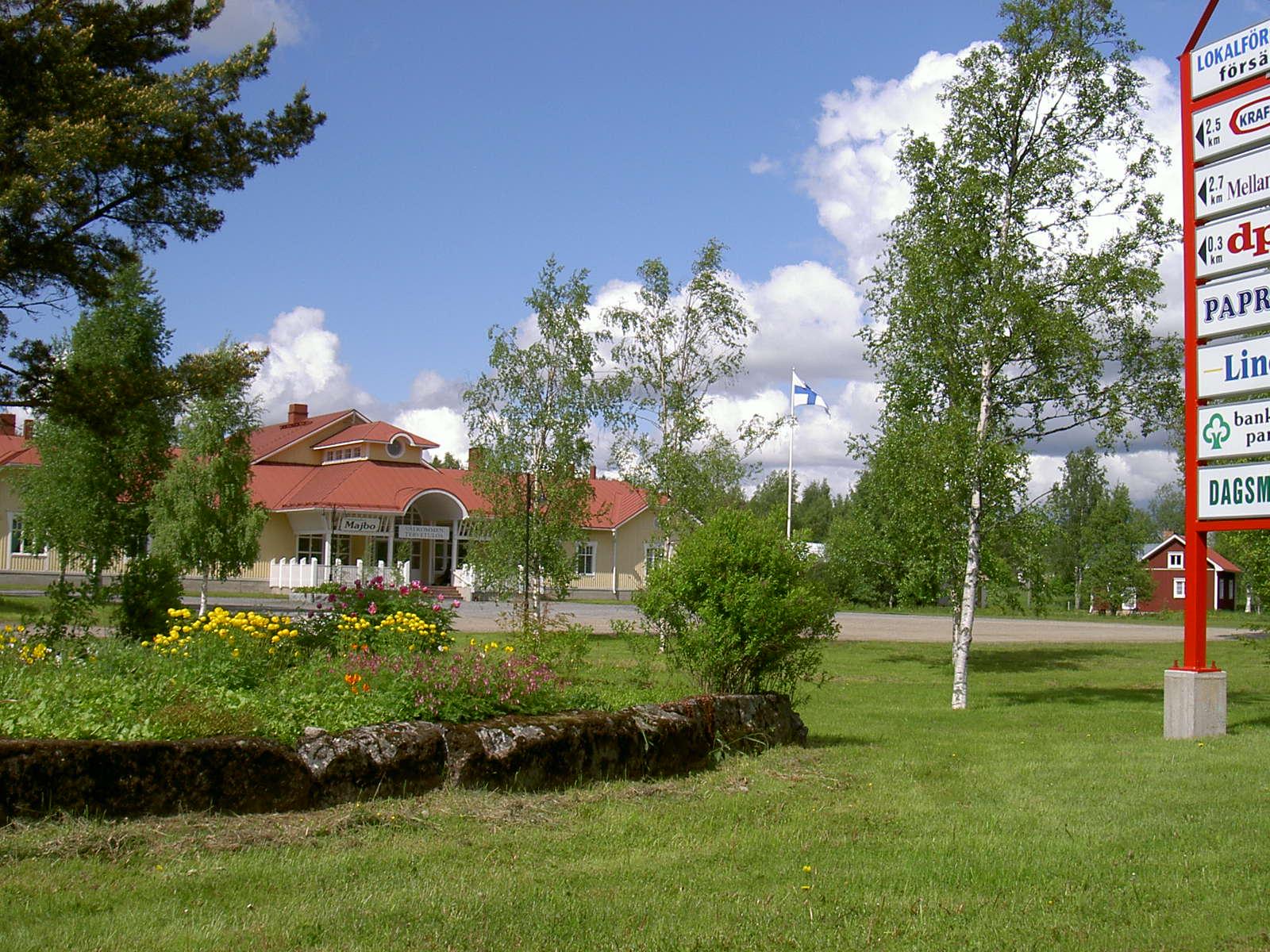 """Stenfoten som ramar in det vackra blomlandet hade i tiderna hört till """"Lillsjö-Bagarinas"""" gård och karamellfabrik, som brann ner i januari 1931"""