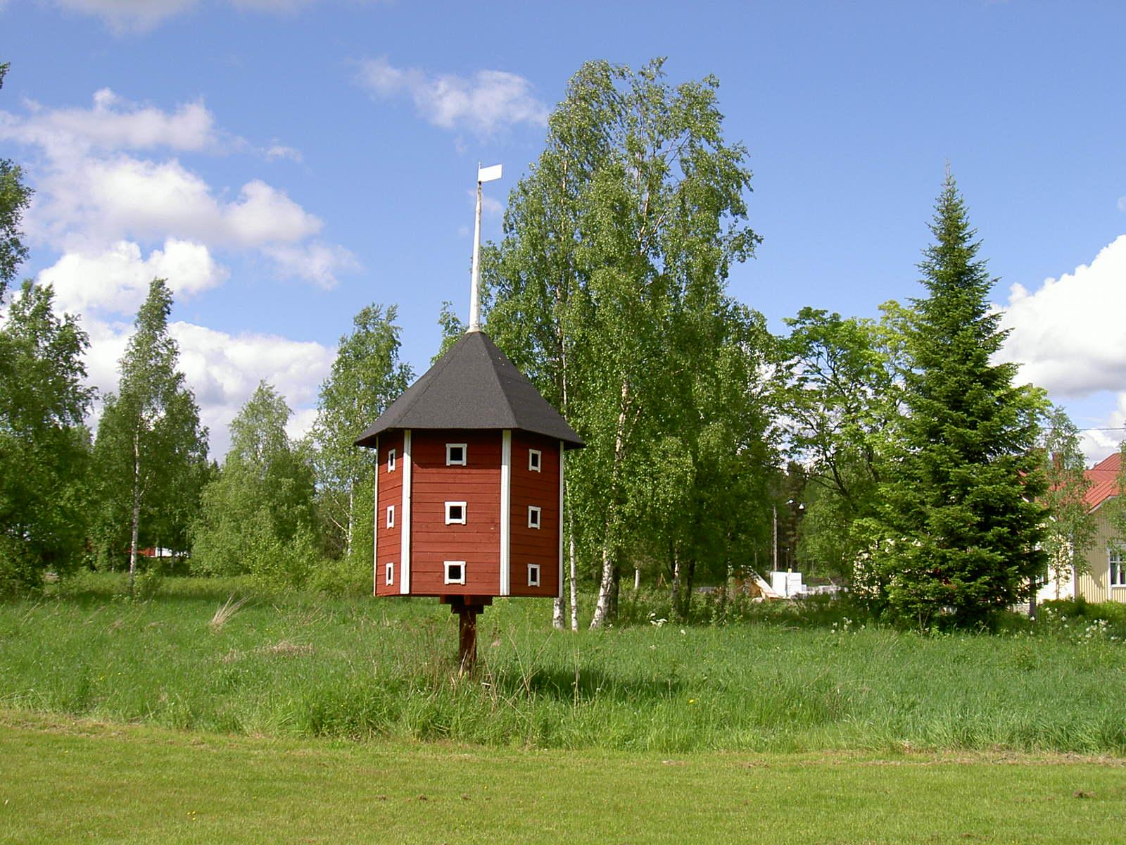 """Det här duvslaget som byggdes 1986 är en kopia av det duvslaget som """"Lillsjö-Bagarin"""" byggdes på samma ställe på 1920-talet. Ännu på 70-talet bodde det tamduvor i det gamla duvslaget men inte i kopian. Föreningshuset Majbo syns till höger."""