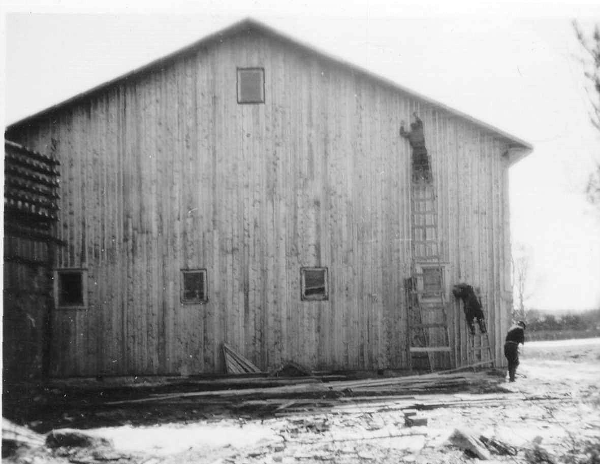 Den höga gaveln på baksidas spikas med ribbor. Byns telefoncentral flyttades till lokalen från Bod-Finas hus och stolparna finns redan på plats, på bilden till vänster.