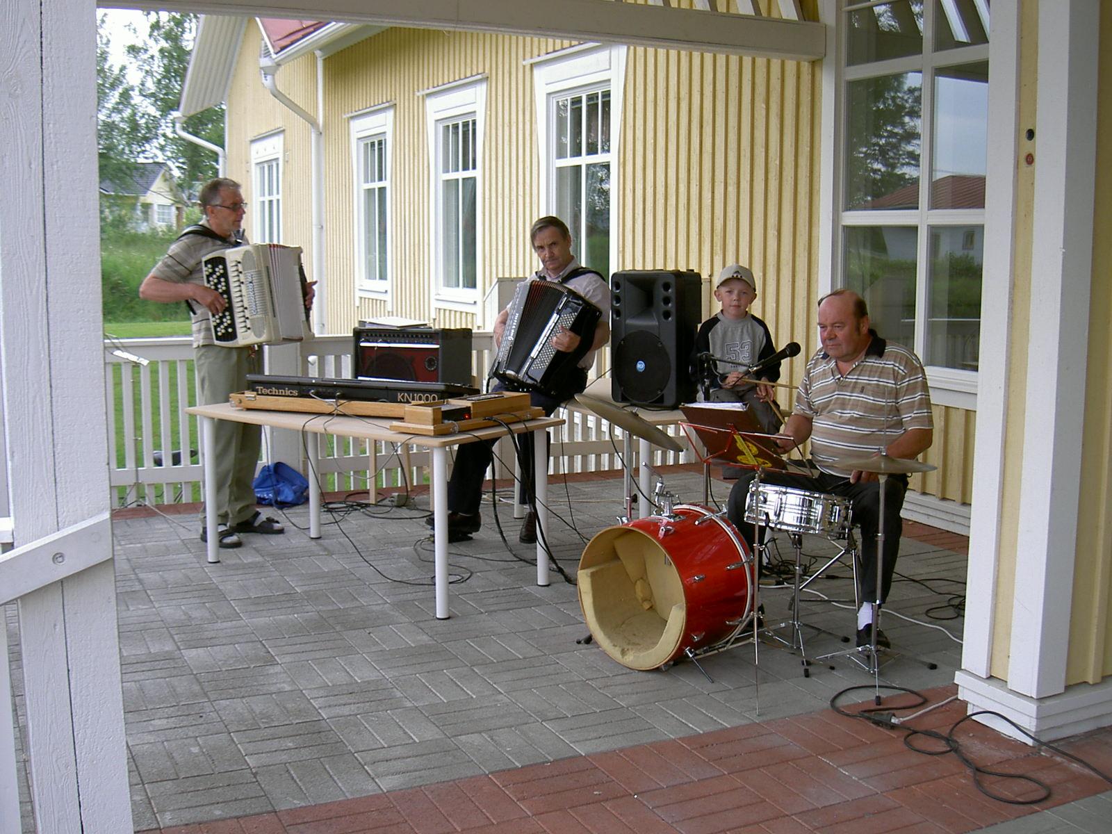 Majbolänken 2004 ackompanjerades av spelmännen Per-Erik Backlund, Yngve Hammarberg och Folke Sten. Den lilla pojken är Per-Eriks barnbarn från Veikars i Korsholm.