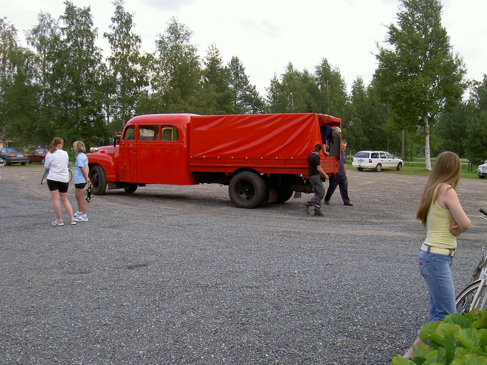 """""""Hulda från Klemetsändan"""" anländer till Majbolänken år 2004 med Lappfjärds Brandklubbs gamla brandbil. Bakom brandbilen Johan Nordström."""