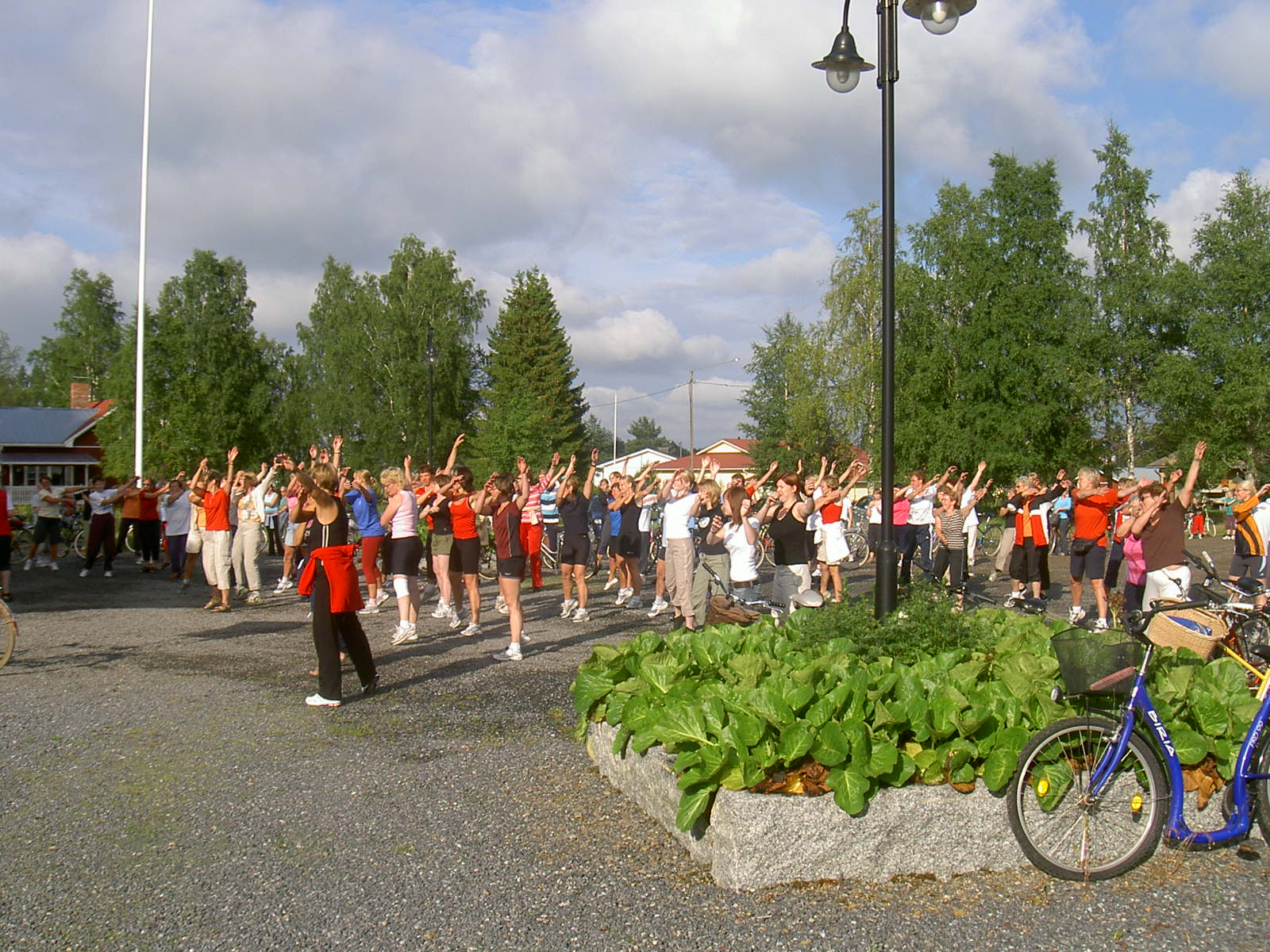 Före Majbolänken startas skall det värmas upp på gårdsplanen, foto från 2005.