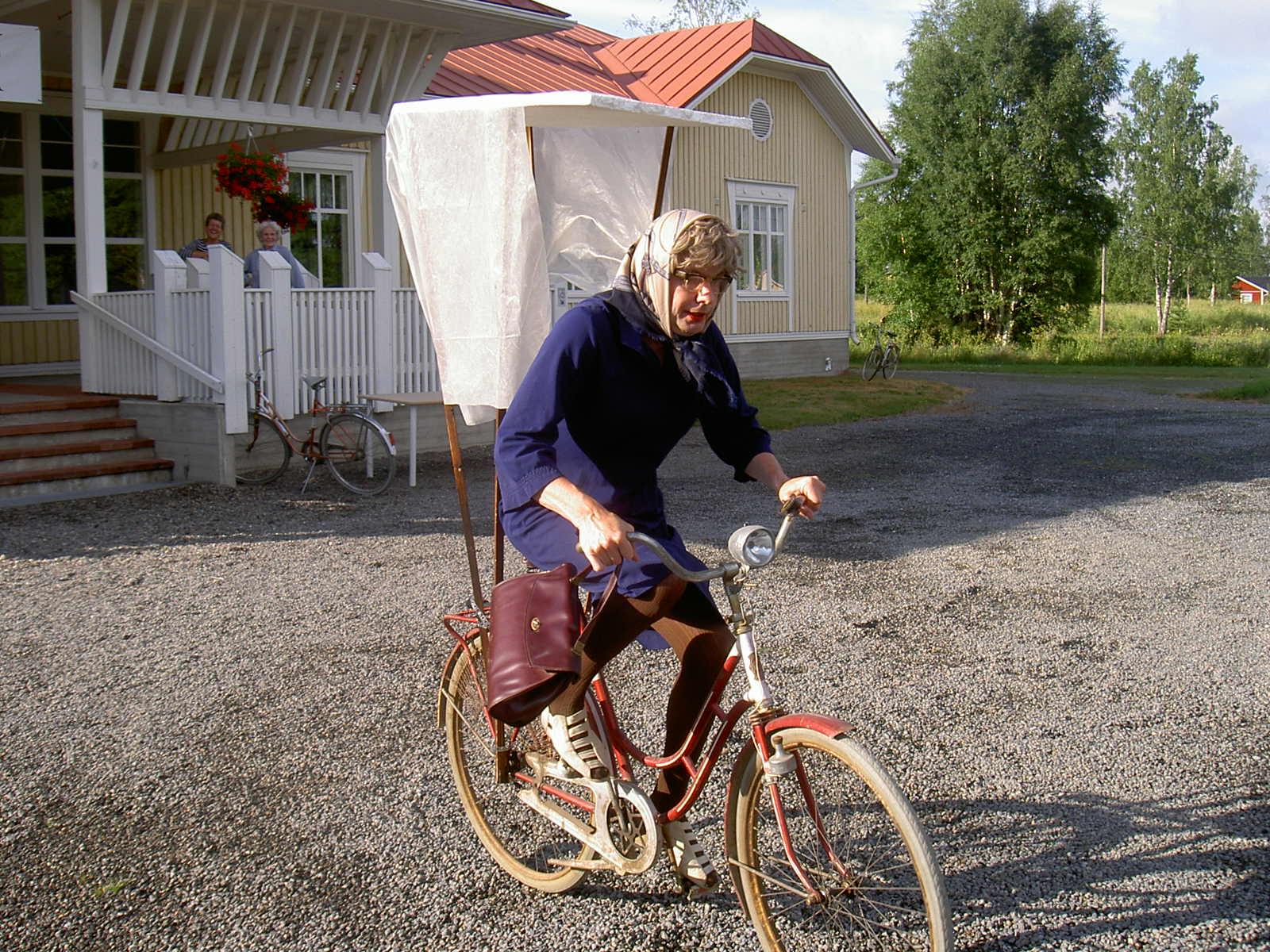 """""""Hulda från Klemetsänadan"""" alltså Mikael Nelson brukar ta sig igenom Majbolänken på lite olika sätt, i detta fall med ett riktigt """"trampvagn"""". Året är 2005."""