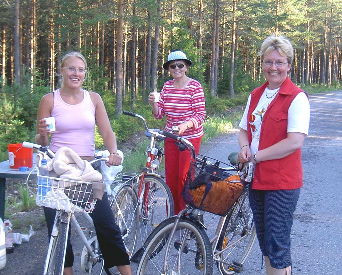 Tre generationer Rosengrenare uppe på Bergåsens saftkontroll år 2005. De andra kontrollerna fanns i Lillsjö i Lillsjölidvägens korsning och den andra upp i Korsbäck.