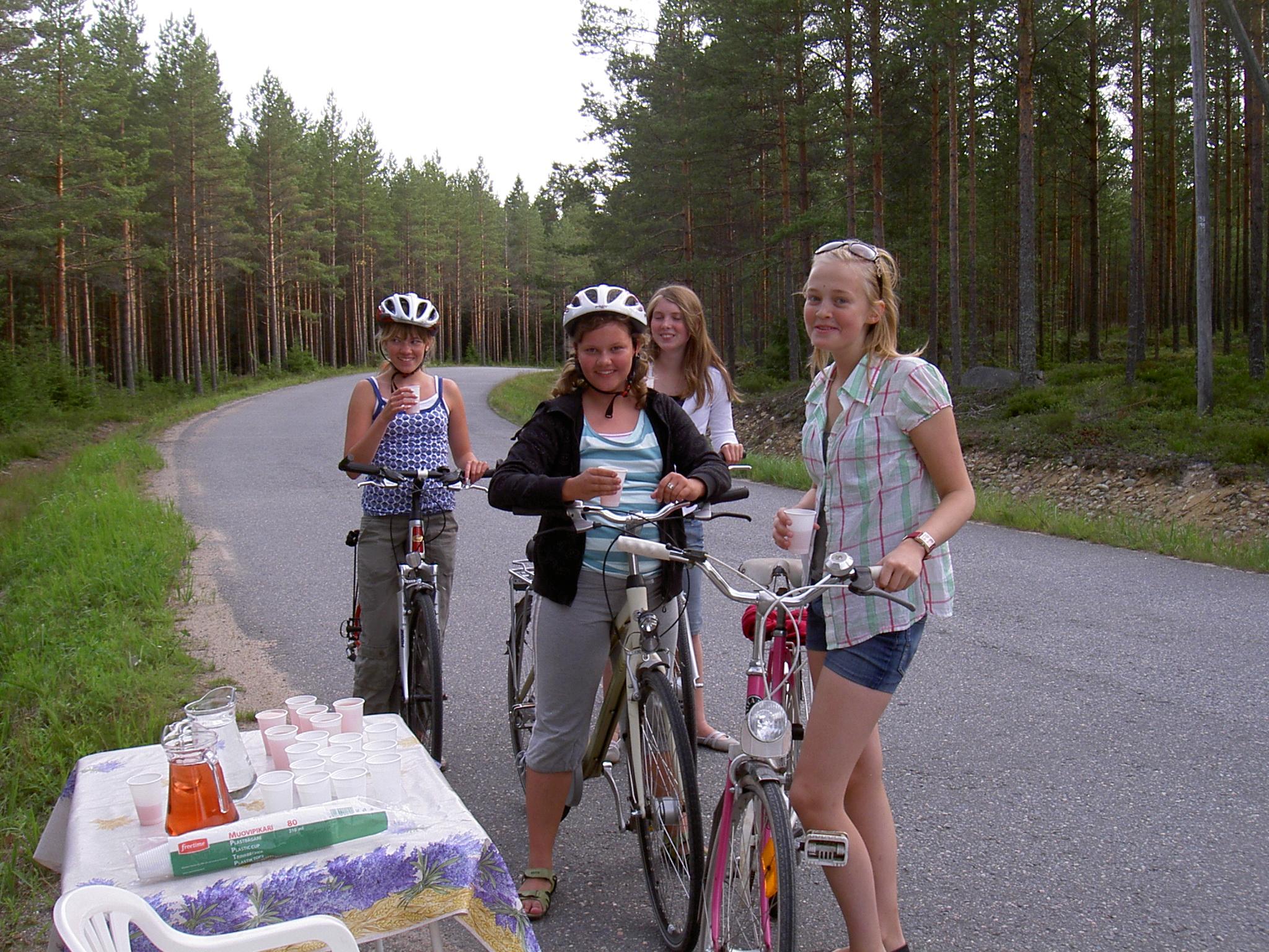 Flickorna från Dagsmark hann ta en drickapaus under Majbolänken 2008.