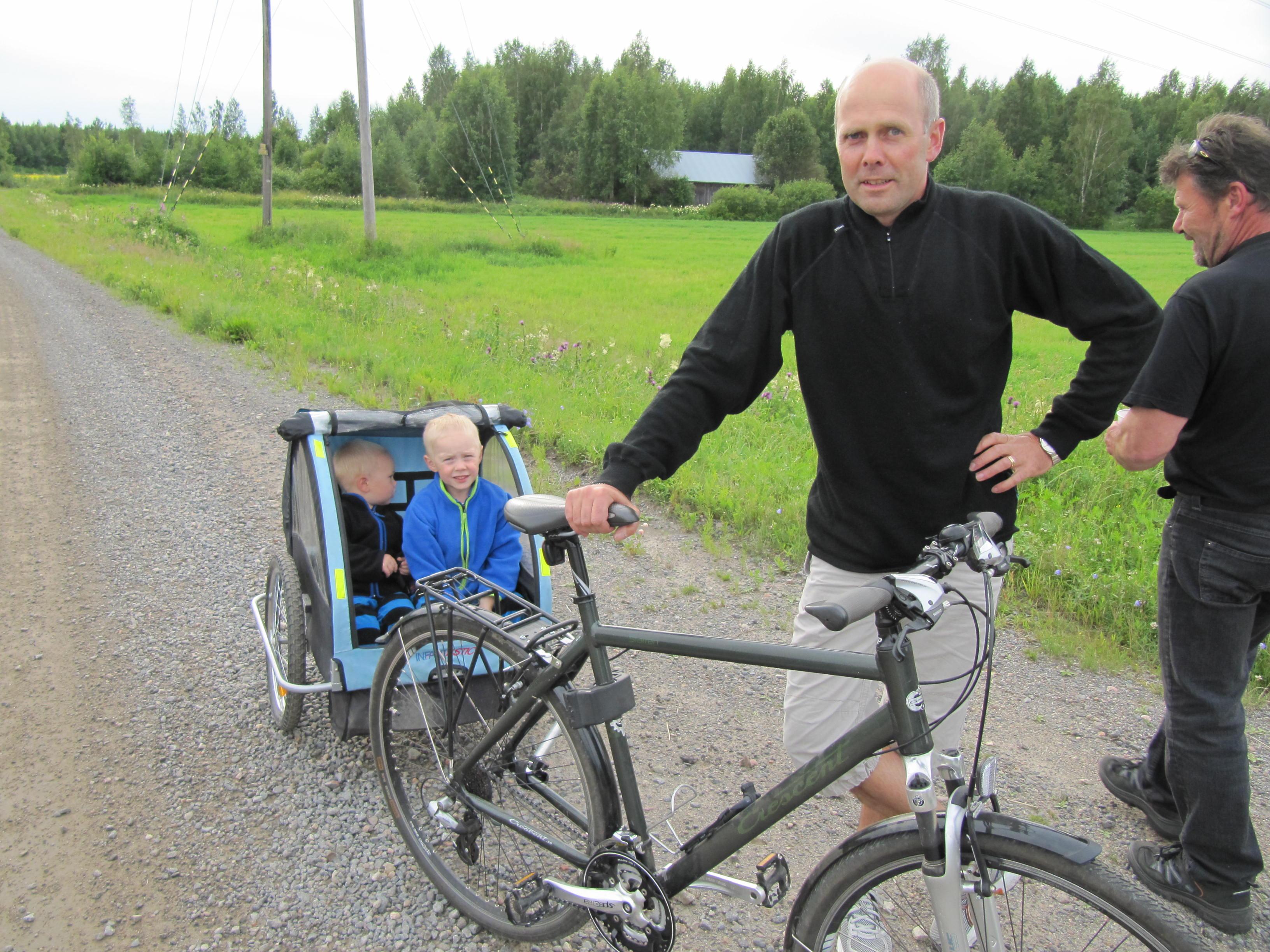 Majbolänken som alla år gått via Lillsjö och Korsbäck, ner tillbaka till Dagsmark, fick en helt ny rutt år 2012, eftersom de häftiga skyfallen hade grävt av vägen till Lillsjö, över Långängen till Korsbäck på flera ställen. Här Stefan Lindell vid en saftkontroll på Sunnantillvägen nära Harjavaltalinjen. I högra kanten Hans-Erik Norrvik från Palon, men som växte upp just i dessa trakter.