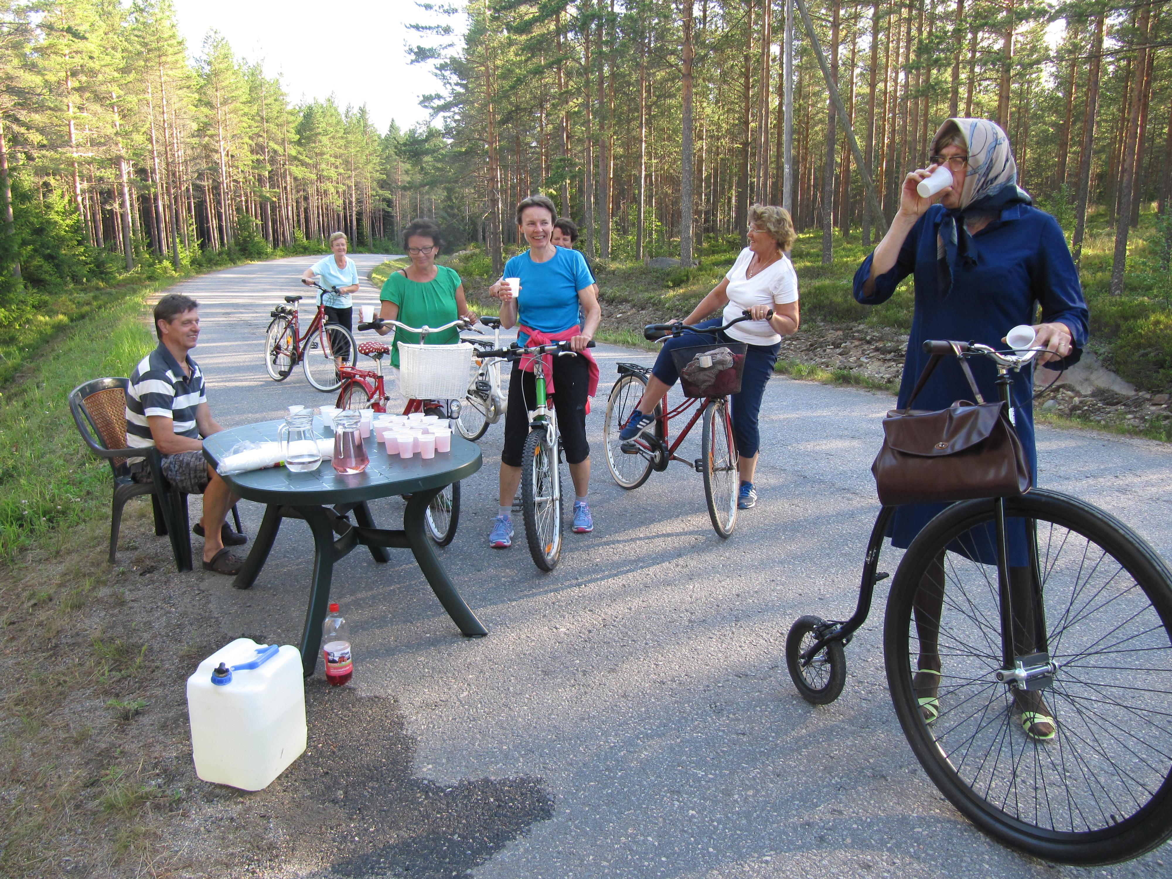 """År 2014 skötte Jouni Malinen om saften åt deltagarna i Majbolänken. Till höger """"Hulda från Klemetsändan"""" på en gammaldags cykelmodell."""