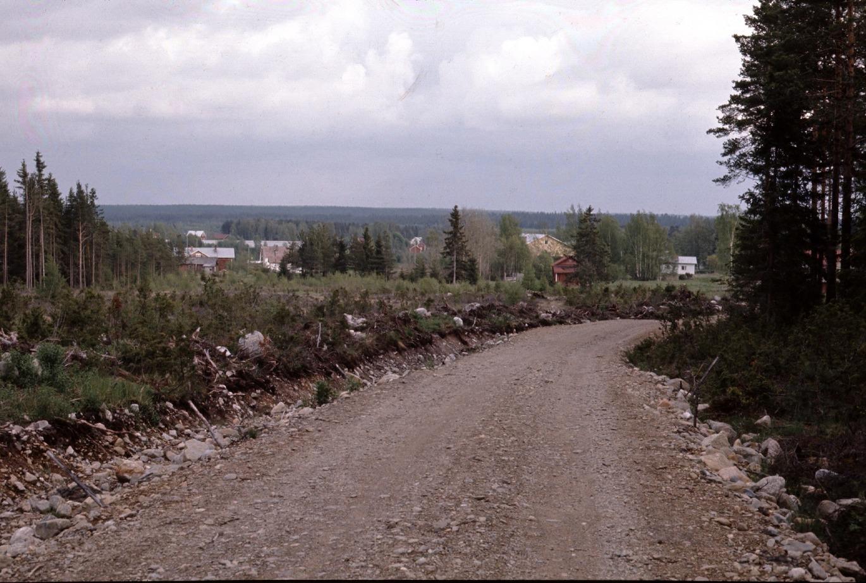 Den nya dragningen av Kärrvägen på Byåsen år 1972. Bakom träden skymtar Rosengårds, ungdomslokalen och till höger Bagar-Annas gård.
