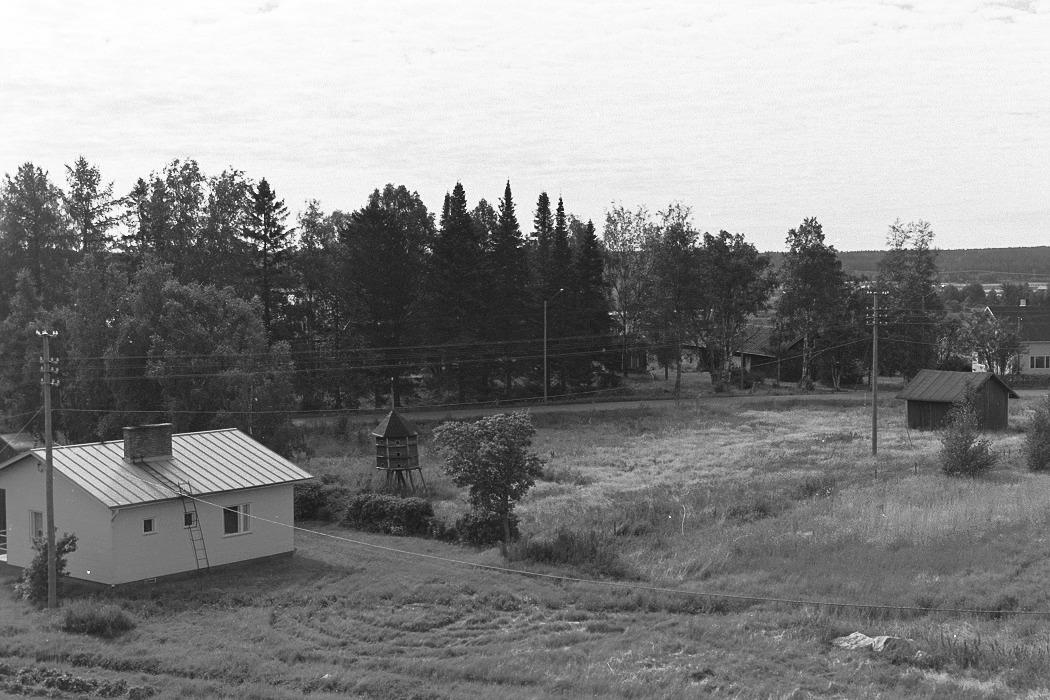 Foto från lokaltaket 1972. Till vänster Bagar-Annas gård, duvslaget och längst till höger likvagnshuset.