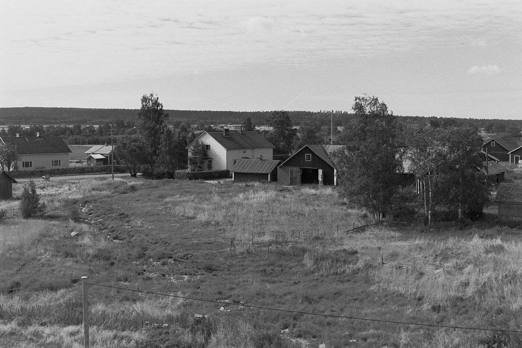 Foto från lokaltaket 1972. Längst till vänster Eskil Agnäs gård med Agnäs Fransas lillstugon. Mitt i bild Emil och Mildrid Klåvus gård.