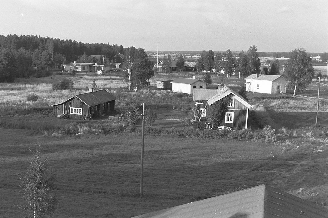 """Foto från lokaltaket 1972. Längst fram Ingmar Rosengårds, i bakgrunden till vänster Ralf Rönnlund gård. Till höger """"Lillkårk-lillstugon"""""""