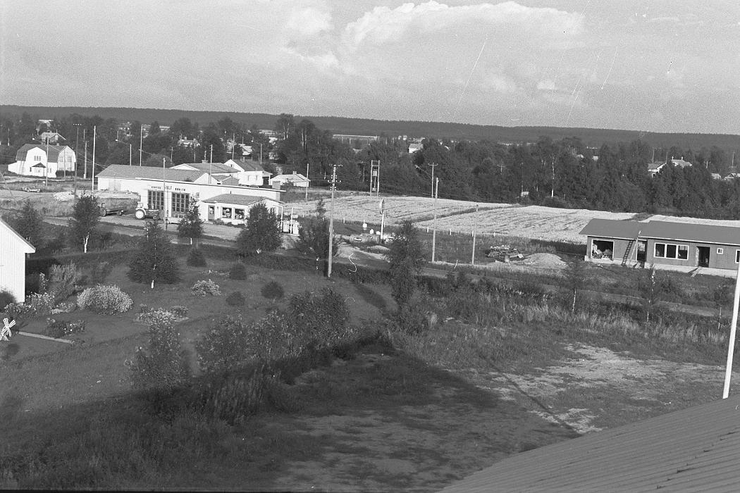 Foto från lokaltaket 1972. I vänstra kanten Anderssonas gård. Mitt i bild den Gulf servicestation som Boris Lillsjö byggde år 1965 och som revs i slutet på 1990-talet. Till höger Hammarbergs halvfärdiga bostadshus