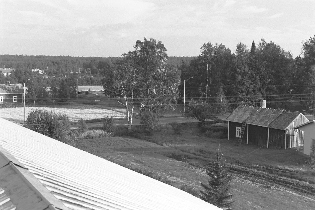 Foto från lokaltaket 1972. I vänstra kanten syns Erik Anders Klemets lillstuga och i den högra Lillsjö-Bagarinas uthus.