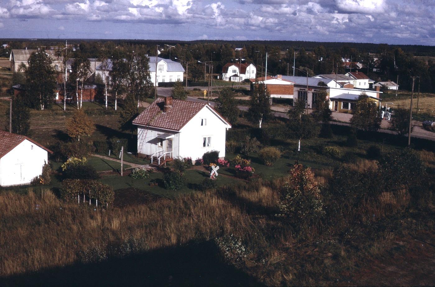 På fotot från 1974 syns det att på av Sparbankens nedbrunna affärshus har det byggts ett egnahemshus med en hyreslokal för banken.