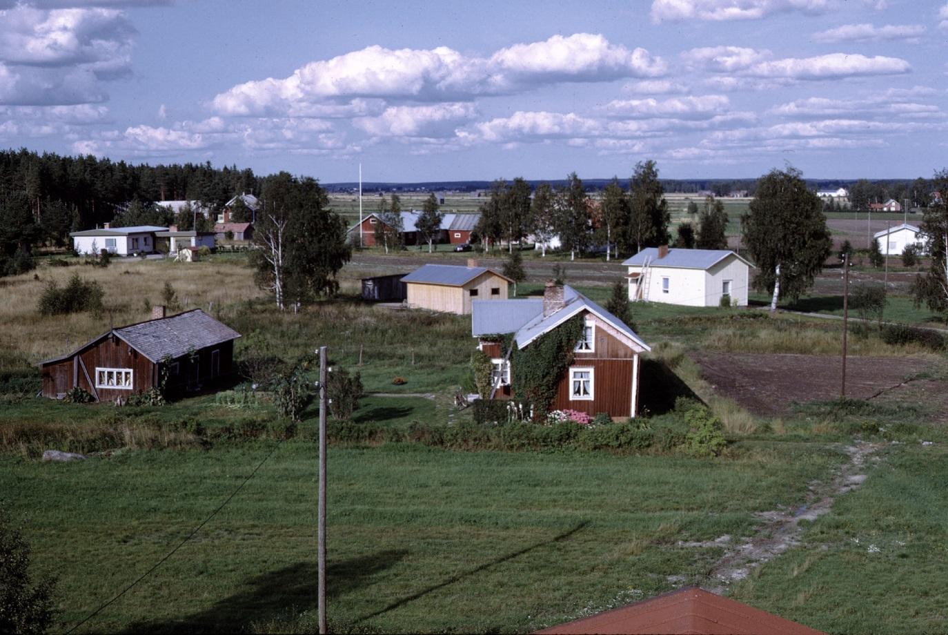 Från lokaltaket 1972 med Rosengårds gamla gård i förgrunden och Lillkårk-lillstugan snett bakom till höger.