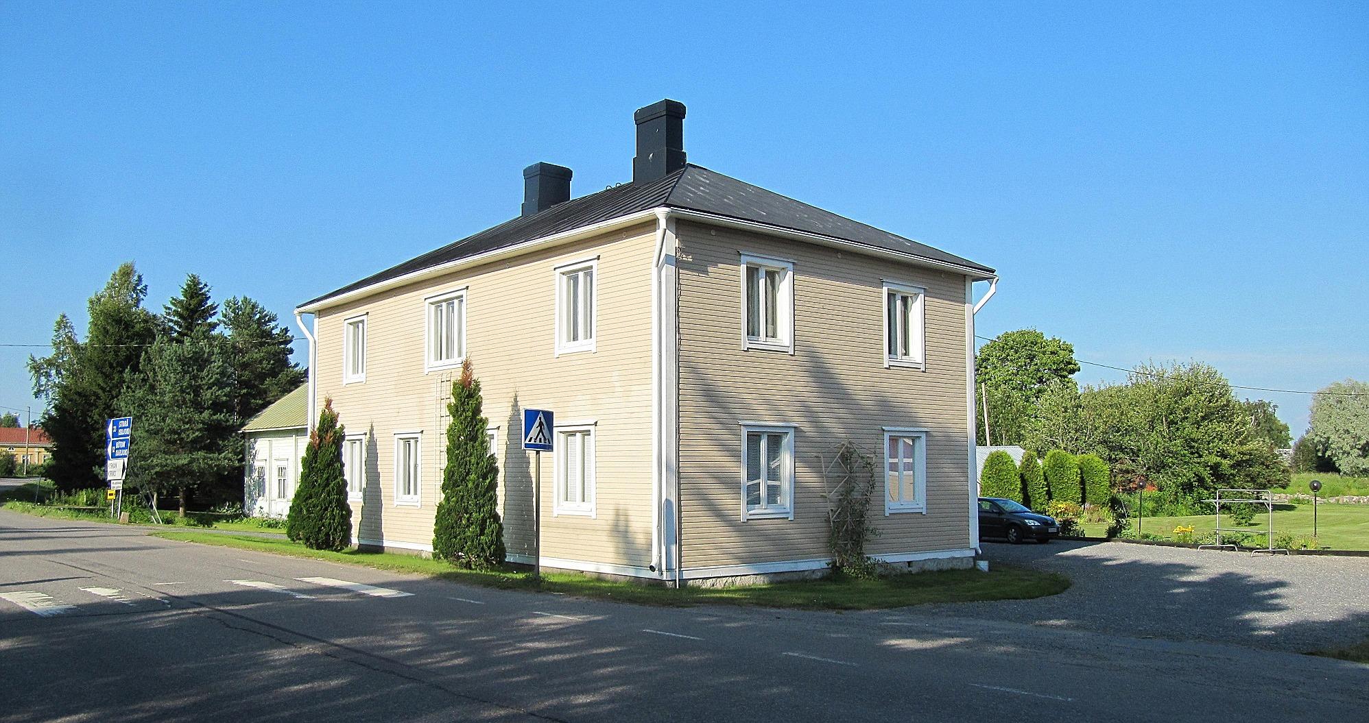 I långa tider fanns Hans Gullmes Elbyrå i denna byggnad som Wiljam Hautaviita byggde 1938. William var född i Bötom men flyttade som barn till den gård som skymtar till vänster bakom huset.