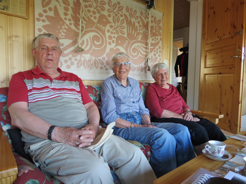 Syskonen Ingmar, Karin och Lena, här sittande i soffan uppe på vinden till Hauta-Wiljams gård.