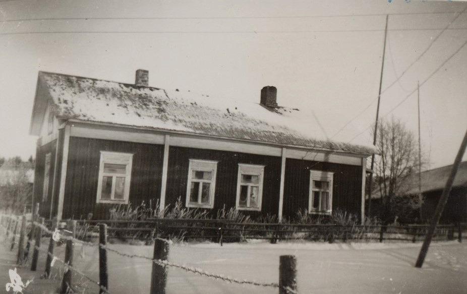 I tiderna var detta Åsinas-Viktoras gård, numera Rosengårds. Fotot från 1952.
