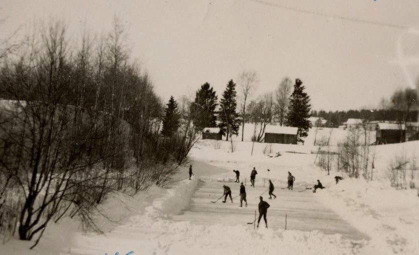Ishockeyspelare på Lillån nära Åddin 1965, Fotot taget från Lillbron.