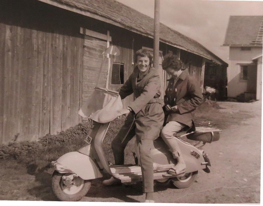 Karin Hautaviita (f.1933) kom körande med denna vespa från Sverige, troligen runt Bottenviken.