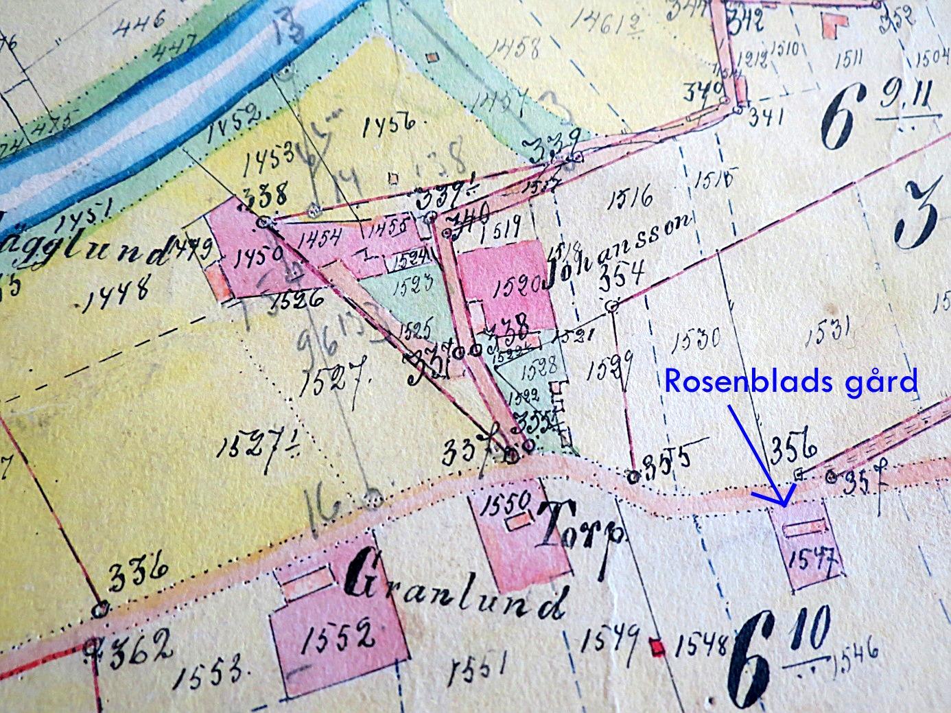 """På storskifteskartan från 1900-1912, så ser vi Storåvägen där den gick ungefär på samma ställe som i dag. Figur 1552 är """"Pala-Alvaras"""" och figur 1547 till höger är Rosenblads stuga eller torp. Det är oklart vems torp som syns mitt på fotot men möjligtvis kan det vara den lillstuga som i något skede flyttades till Pala-Alvar Granlunds gård. Det är också möjligt att det är """"Pala-Viktor"""" Hägglunds, där han bodde före han köpte ett hemman på andra sidan Storåvägen. Pala-Viktor köpte år 1909 halva hemmanet Johansson och det är möjligt att han flyttade torpet dit som lillstuga eller sytningsbostad."""
