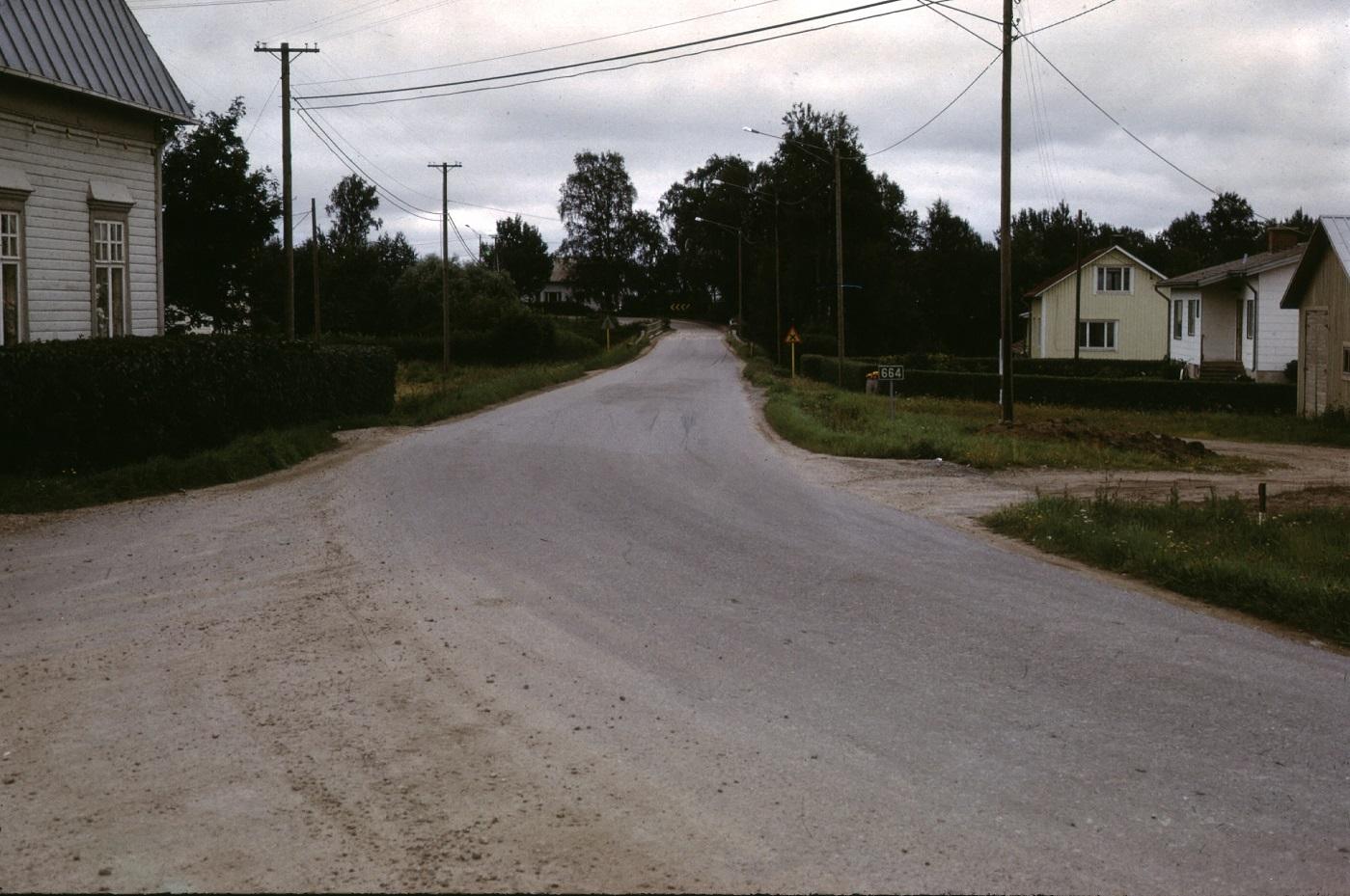 Storabron fotograferad från Bötomkorsningen år 1974. Det gula huset till höger tillhör Birger och Anna Björklund och följande är Ålgars gård. Riktigt i kanten skymtar Andelshandelns lagerbyggnad.