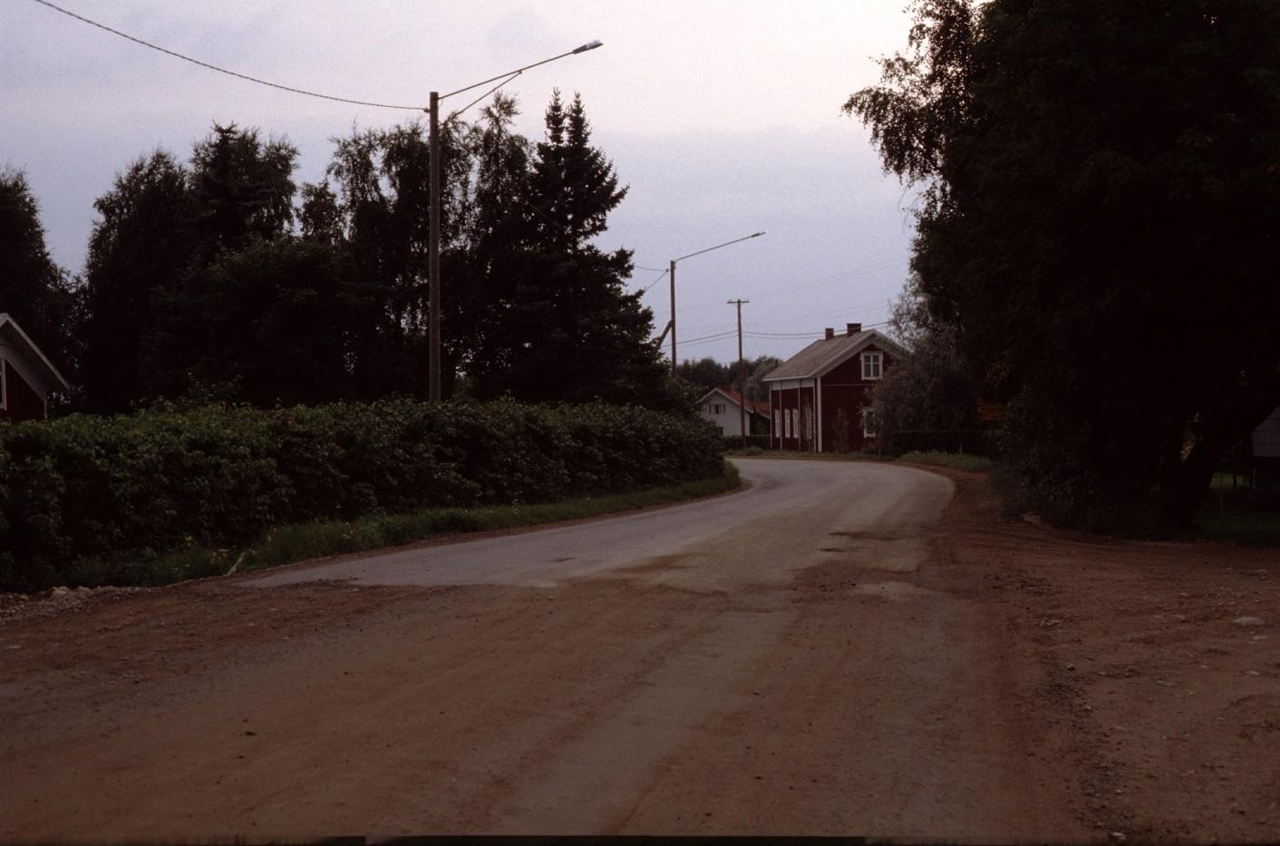 Sebbasbackan fotad år 1983. I vänstra kanten Frans Agnäs lillstuga. i mitten Lid-Alvaras och Antas bondgård till höger.
