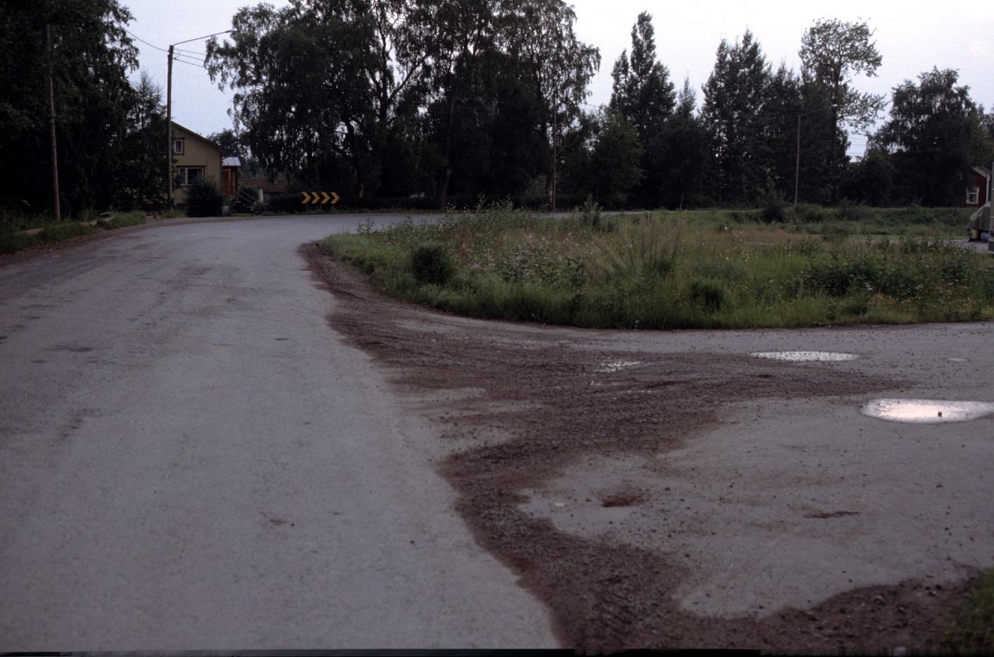 Vid Lindells snickeri gjorde landsvägen en tvär krök. Fotot från 1983 och mitt i bild Heiniös gård och riktigt i högra kanten skymtar Grans Lennart gård.