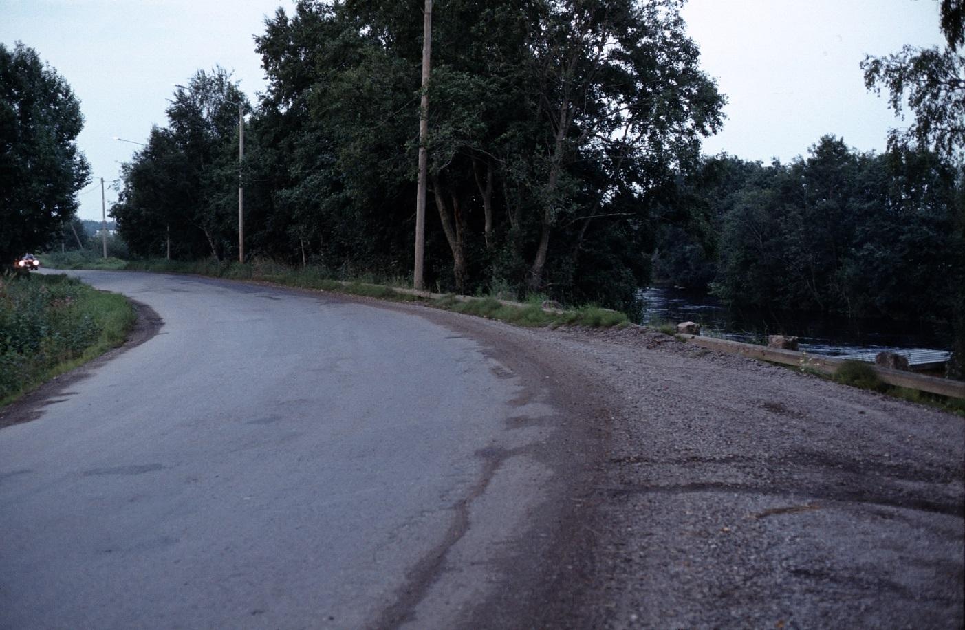Här den tvära kröken på landsvägen vid Lindells snickeri år 1983, där Lappfjärds å syns till höger.
