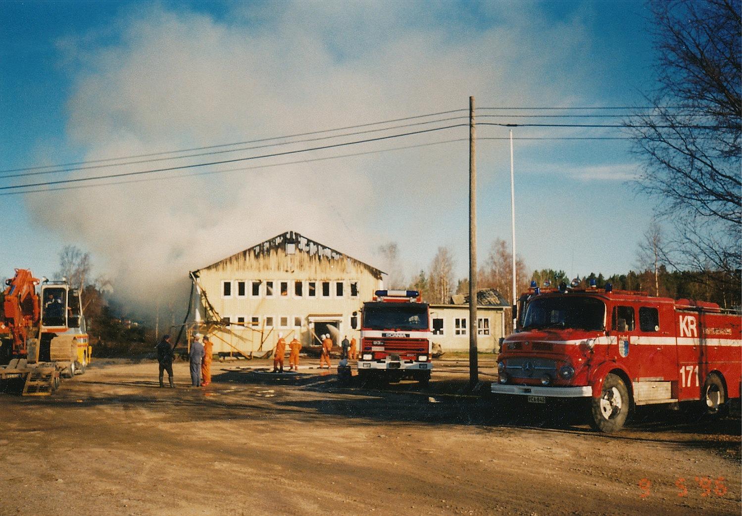 Tidigt på förmiddagen fanns det endast rykande ytterväggar kvar och för att komma åt brandhärdarna användes grävmaskin.
