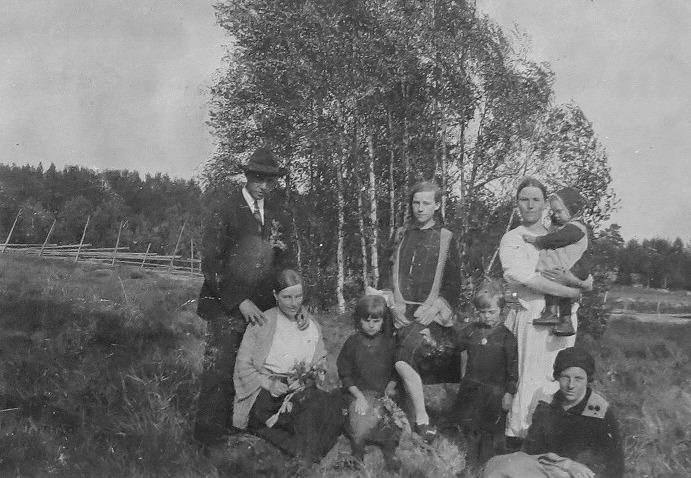 Till höger konstnären Rosblom med hustrun Hilma, född Hautaviita. Stående i mitten Linnea Hautaviita och till höger står Aina Hautaviita, gift Ollila med pojke i famnen. Nere till höger sitter Signe Hautaviita, gift Rosenblad.