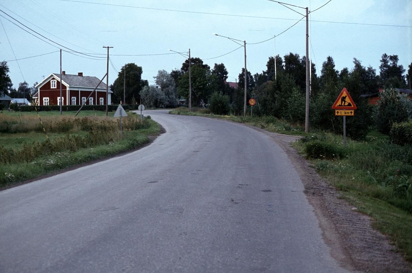 Landsvägen upp mot Sebbasbackan år 1983. Gården är Antas eller Björklund Arvidas.