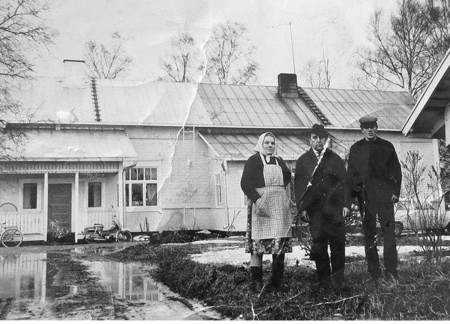 Det ser ut som om vårfloden skulle nå fram till trappan hos Signe och Toivo Pekkinen i det gamla Hautaviitas hus. Till höger Ingmar Rosenblad, född 1938.