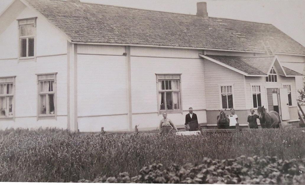"""Sofia och """"Hauta-Joss"""", alltså Johan Hautaviita utanför den gård som de förvärvade runt 1908. Till höger med varsin häst står döttrarna Linnea (f. 1910) och Signe (f. 1907)."""