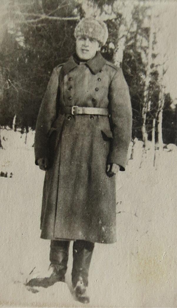 Theodor Rosenblad fotograferad under en permission under fortsättningskriget, möjligtvis vintern 1941-1942. På grund av sjukdom blev han hemskickad och han avled i sitt hem 6 augusti 1942.