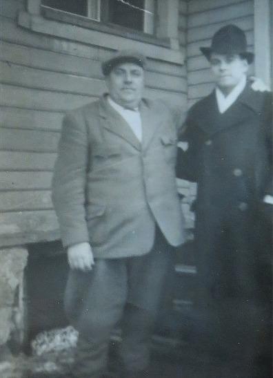 Den fryntliga mannen är William Hautaviita och den till höger heter Päivärinta.