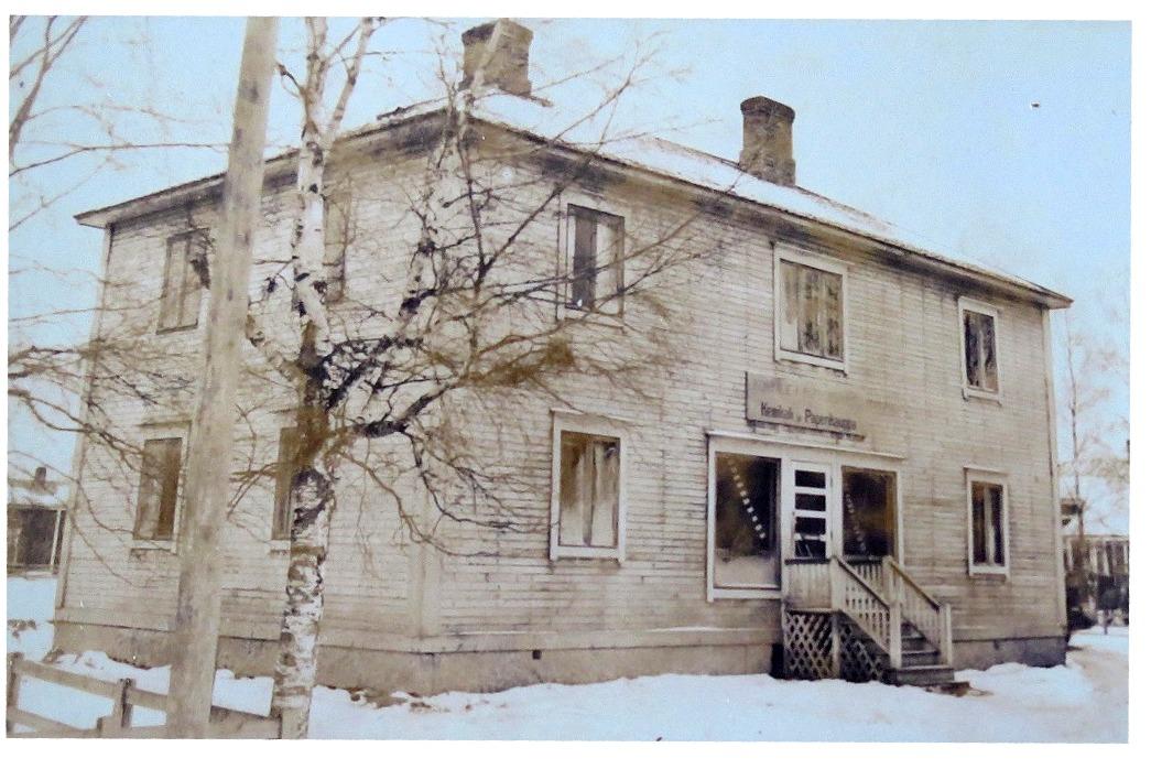 Den här gården i Stenmanaskroken byggde William Hautaviita år 1938 och där har funnits en och annan affär, bland annat Alice Rosenholms kemikalie och pappersaffär.