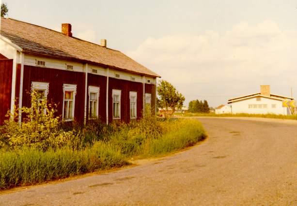 Kias-Erland och Idas bondgård i Kias-kroken. Till höger Vilho Toivonens gård som byggdes 1970.